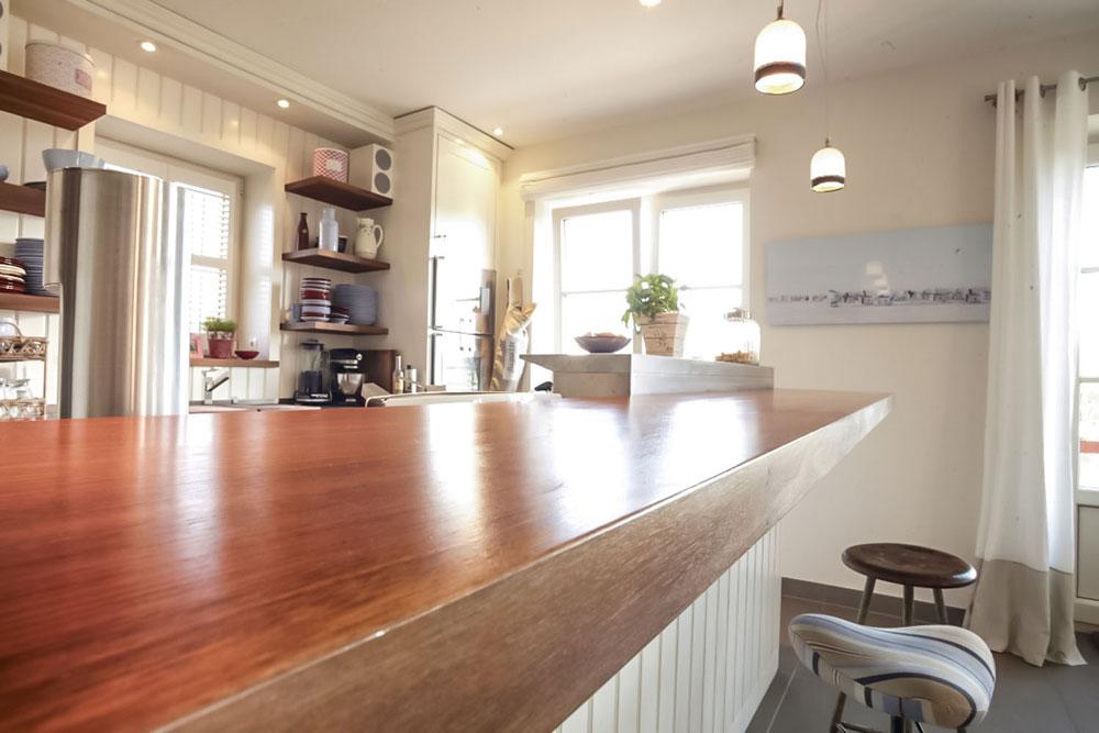 Diese Helle, Moderne Küche Bietet Viele Gut Durchdachte Details, Die Den  Alltag Erleichtern. Sie Fügt Sich Nahtlos In Den Wohnbereich Ein.
